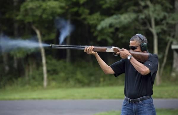 Após polêmica, Casa Branca divulga foto de Barack Obama atirando