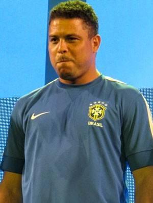 Cercado por atletas brasileiros, Ronaldo apresenta a camisa azul