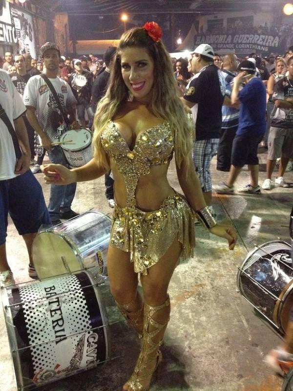 Com fantasia dourada, Tati Minerato cai no samba em ensaio