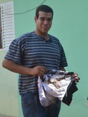 Após briga, mulher incendeia carro de marido e camisas do Corinthians; marido lamenta por camisas