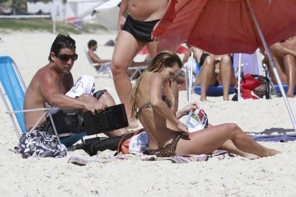 De biquíni de oncinha, Dieckmann curte praia com o Bruno de Luca