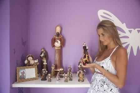 Debby Lagranha mostra barriguinha de grávida ao lado do noivo