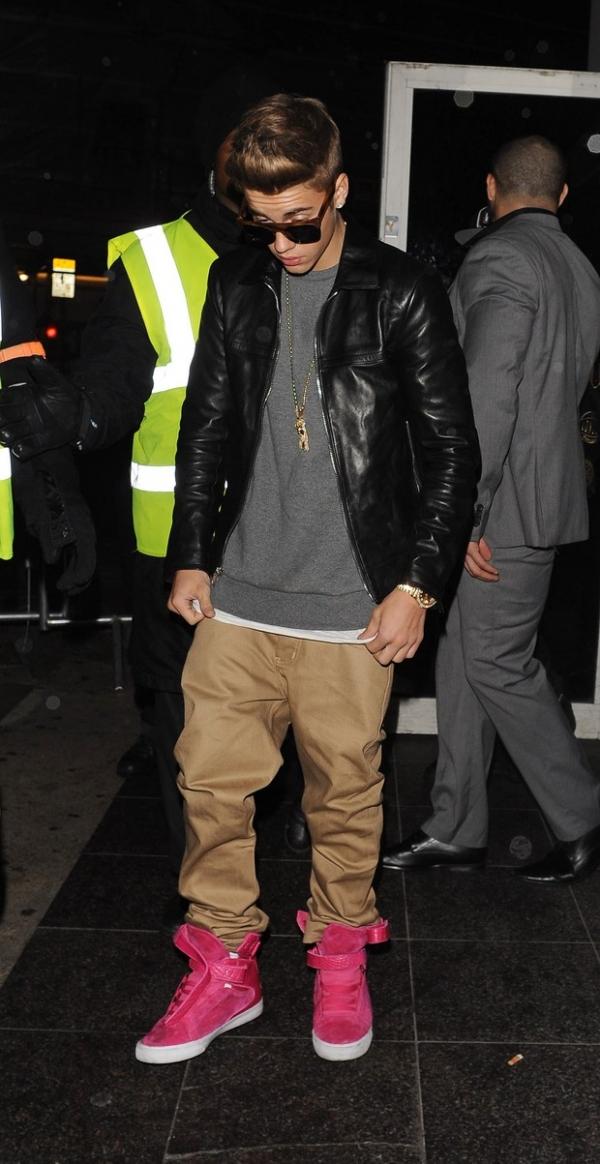 Justin Bieber vai a três festas em uma noite e leva duas meninas para hotel
