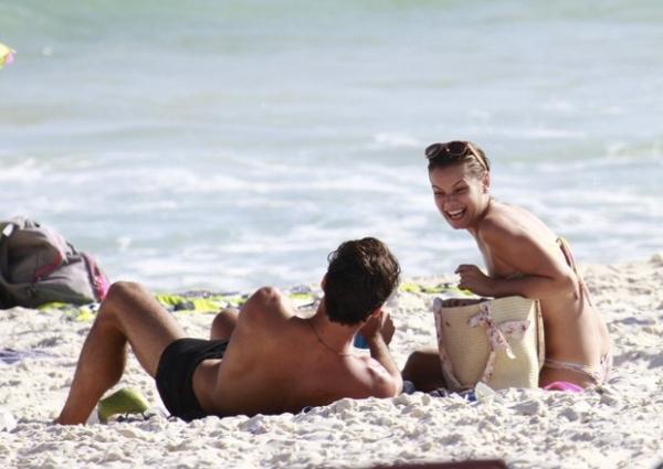 Milena Toscano quase mostra demais em dia de praia com ator de ex