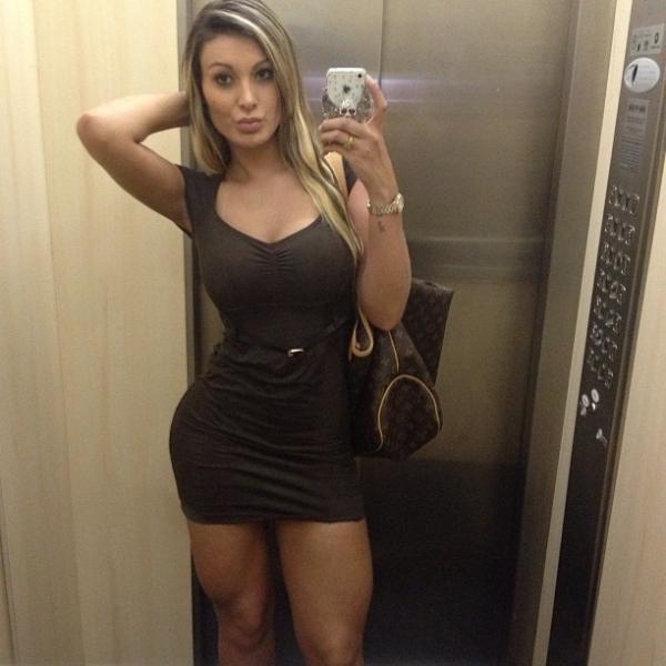 Andressa Urach exibe coxão sarado em elevador