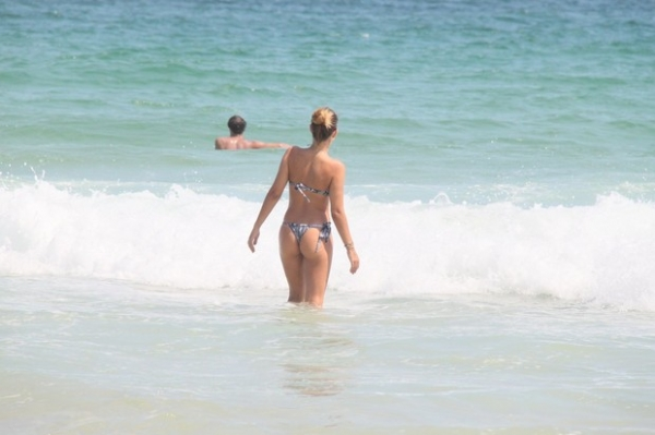 Lívia Lemos exibe o corpo em forma em praia do Rio