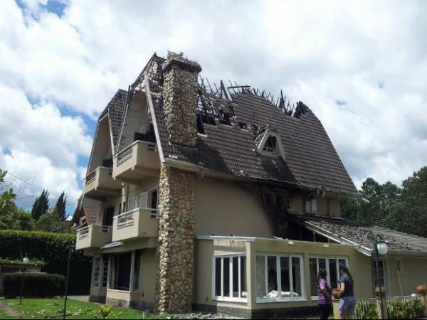 Raio destrói teto, e mansão pega fogo durante 2h30 no Brasil