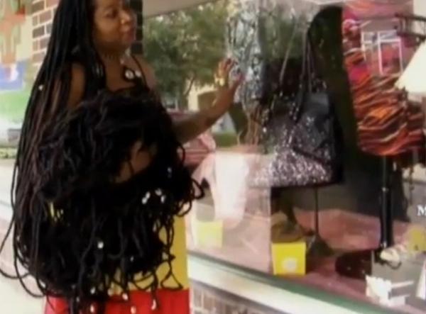 Sem cortar o cabelo há 25 anos, americana exibe madeixas de 6,4 m