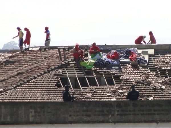 Cadeia onde goleiro Bruno está preso entra no segundo dia de rebelião