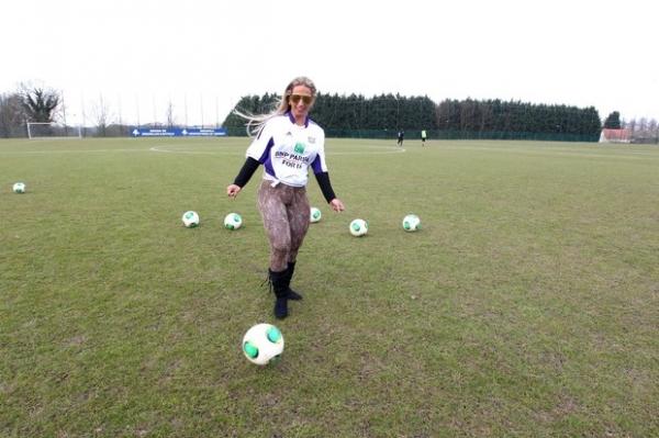 Com calça de oncinha colada, Valesca Popozuda visita time europeu