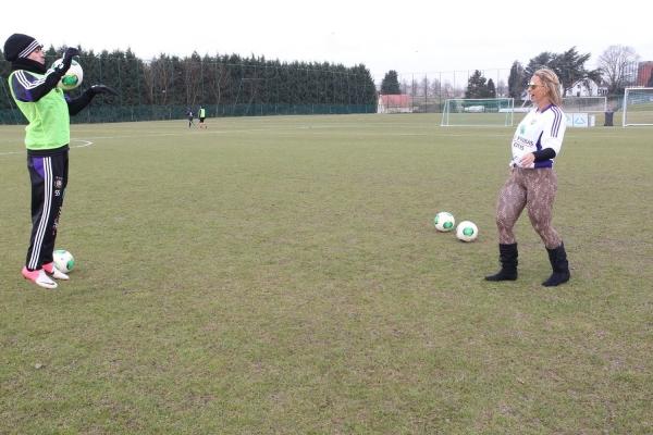 Com calça sexy, Valesca Popozuda faz a alegria de time de futebol