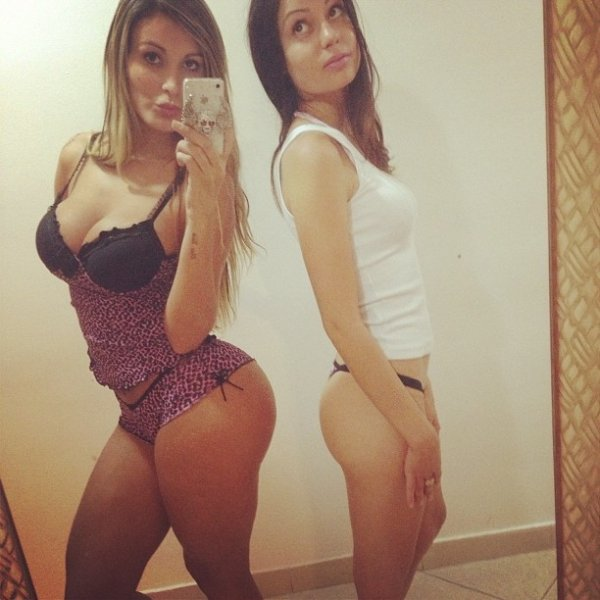 De lingerie, Andressa Urach compara seus atributos com os de amiga