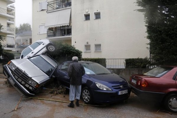 Enchente prende mulher em carro e moradores fazem resgate