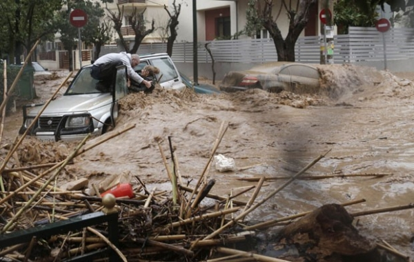 Enchente prende mulher em carro na Grécia, e moradores fazem resgate
