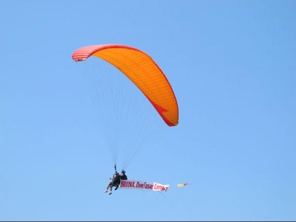 Jovem inova e pede a namorada em casamento voando de paraglider