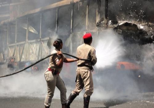 Ônibus com passageiros dentro pega fogo, afirma polícia
