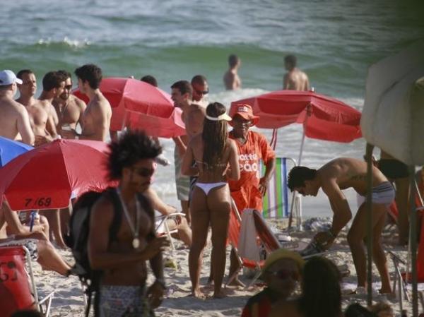 Nicole Bahls exibe boa forma de biquíni em praia carioca
