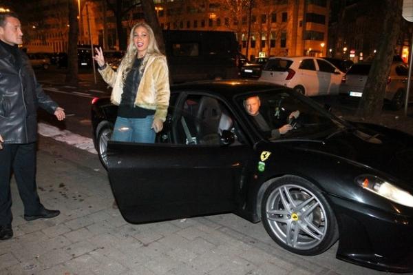 Valesca Popozuda tira onda de Ferrari e usa roupa micro
