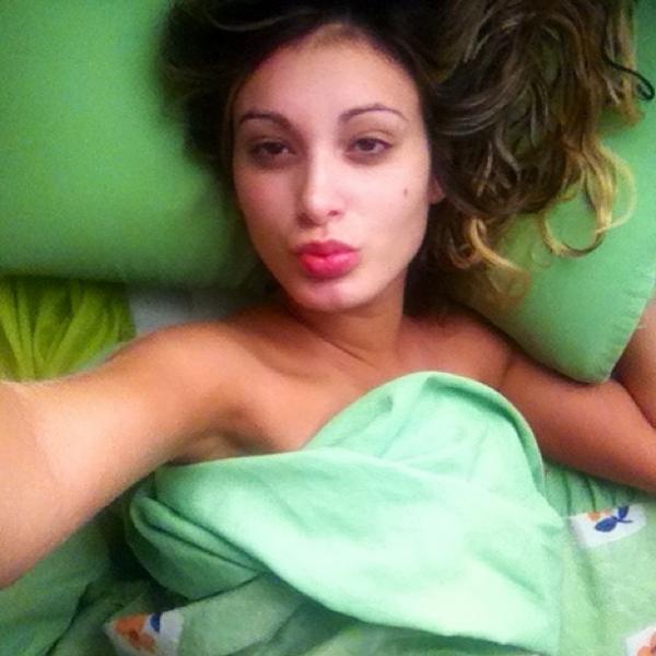 Andressa Urach dorme de babydoll de oncinha, posta foto e tira onda