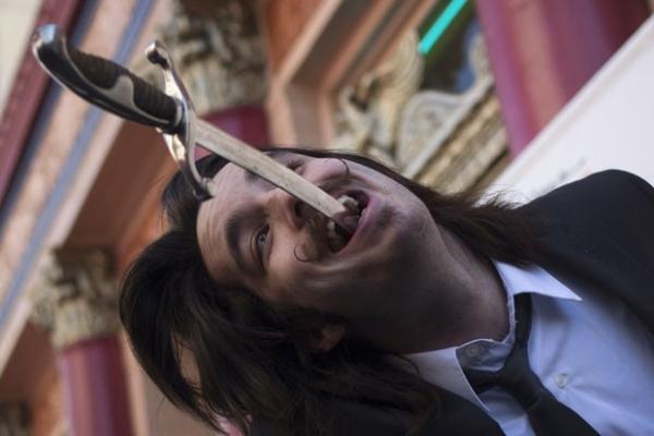 Artistas comemoram Dia do Engolidor de Espadas com show