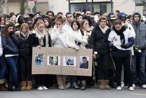 Chocados, jovens levam flores a casa onde mãe teria matado três filhos