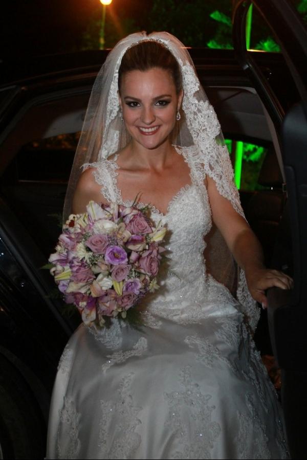 De volta aos anos 90: ex-Paquita se casa com ex-ator mirim