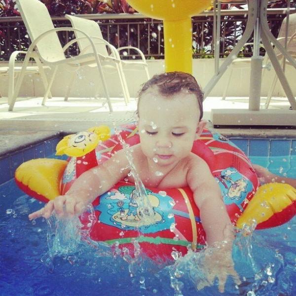Marido de Priscila Pires posta foto do filho e brinca: