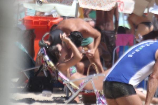 Na praia, filha de Renato Gaúcho ganha selinho do namorado