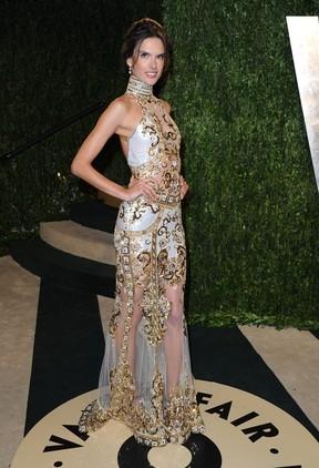 Alessandra Ambrósio usa transparência em festa pós-Oscar