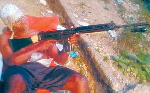 Bandido usa o Facebook para exibir armas, debochar da polícia e recrutar comparsas