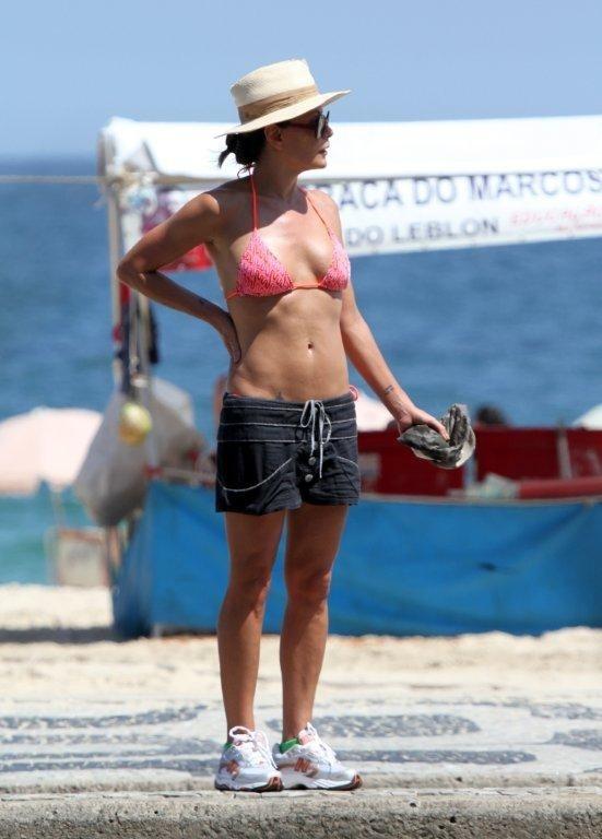Carolina Ferraz exibe boa forma em caminhada no Rio