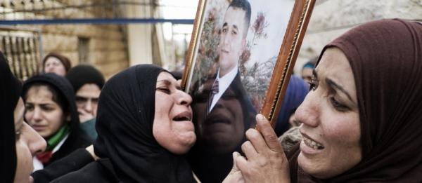 Enterro de prisioneiro palestino morto em Israel atrai milhares de pessoas