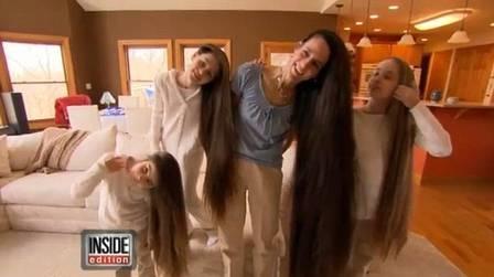 Família Rapunzel: mãe deixa cabelo mais comprido do que a própria altura e filhas seguem exemplo