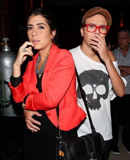 Maria Gadú faz cara feia e pede para não ser clicada com namorada