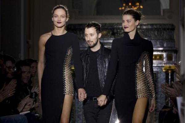 Isabeli Fontana usa vestido provocante em desfile em Paris