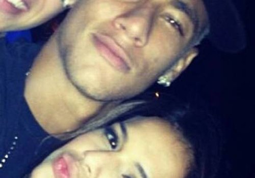Marquezine afasta periguetes na festa de Neymar