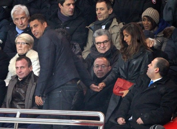 Ronaldo Fenômeno é ?só love? com Paula Morais em jogo de futebol