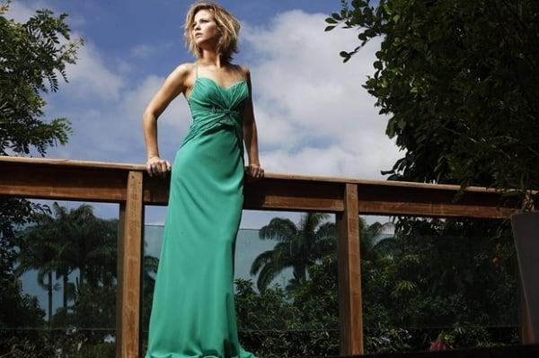 Atriz Luiza Valdetaro posa com a cor de 2013, o verde esmeralda