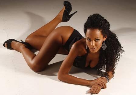 Ex-BBB Aline faz seu primeiro ensaio sensual, mas evita mostrar o bumbum