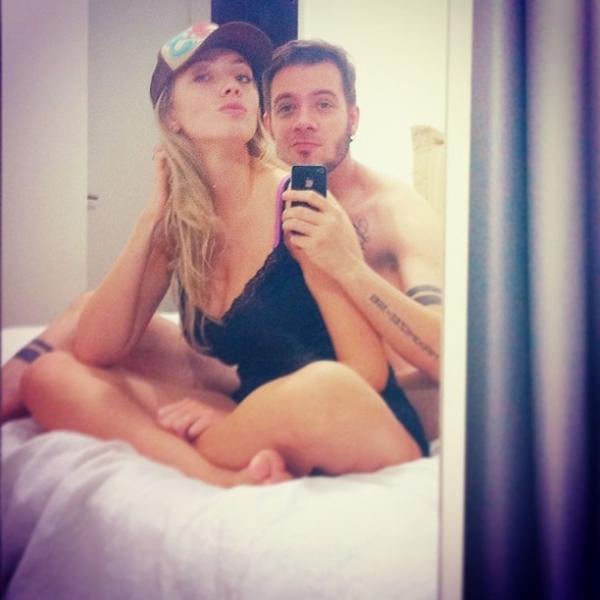 Ex-BBB Max Porto posa com a bela namorada em cama