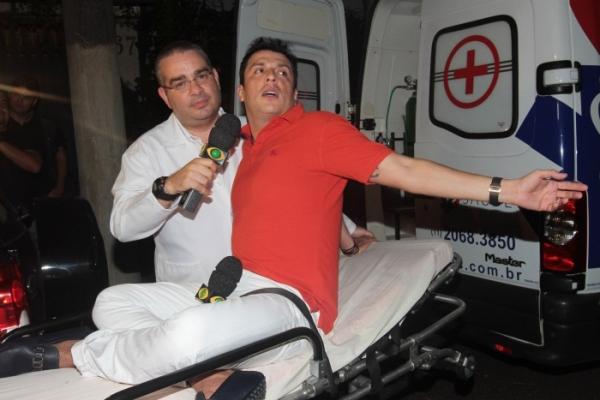 Humorista Ceará faz exame de toque no meio de sua festa de 40 anos