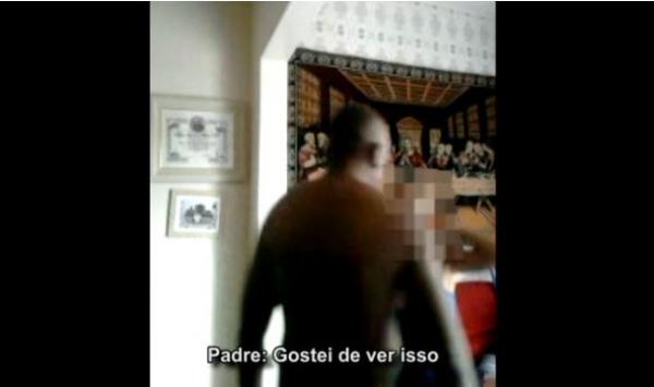 Padre recebe e beija duas moças na casa paroquial