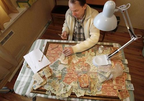 Artista usa cédulas antigas da ex-União Soviética para criar obras