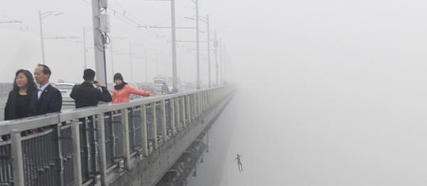Casal de jovens pula de ponte na China