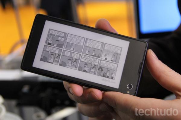 Com duas telas, uma e-paper e outra LCD, YotaPhone é lançado no MWC 2013