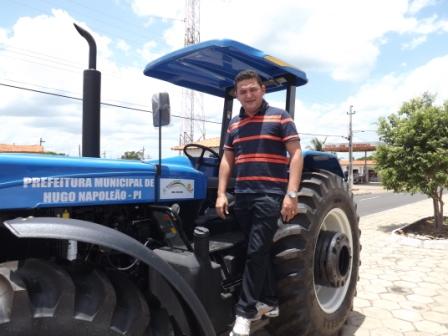 Novo Trator para os Pequenos Agricultores é entregue Prefeitura de Hugo Napoleão