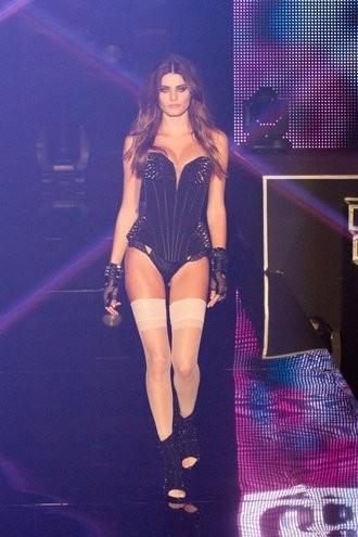 Tops desfilam de lingerie com show de Lily Allen e Rita Ora em Paris