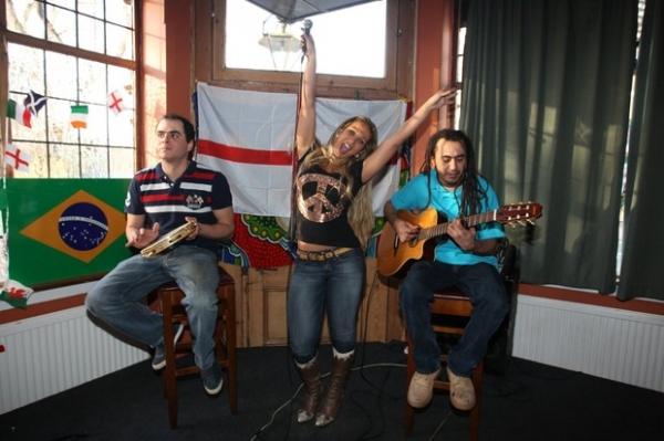 Valesca Popozuda dá palinha na Inglaterra