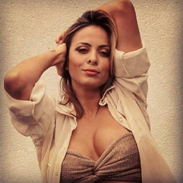 Alinne Rosa aparece sensual em foto de rede social