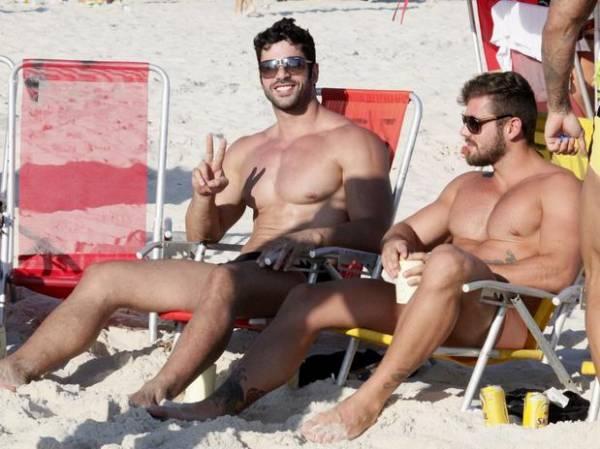 De sunga, ex-BBB Kadu curte praia com amigos no Rio